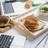 Fermez-vous des hamburgers savoureux avec le pain frais de salade et de pain Photographie stock libre de droits