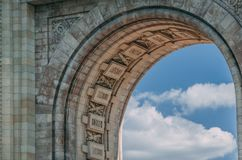 Fermez-vous des inscriptions sur l'arc de Triumph, Bucarest image stock