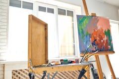 Fermez-vous des instruments et des outils de dessin au studio photo stock