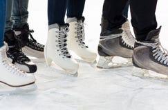 Fermez-vous des jambes dans les patins sur la piste de patinage Photo stock