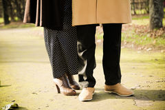 Fermez-vous des jambes de caresse d'un couple Images libres de droits