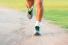 Fermez-vous des jambes de coureurs en parc Photos stock