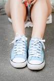 Fermez-vous des jambes de femme dans des espadrilles à la mode extérieures Image stock