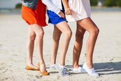 Fermez-vous des jambes de femmes posant sur la plage Photo libre de droits