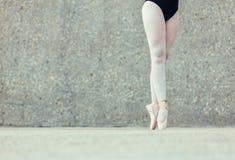 Fermez-vous des jambes du danseur classique se tenant sur des orteils photos stock