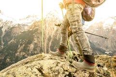 Fermez-vous des jambes et des bottes de randonneur de trekking sur les alpes françaises Image stock