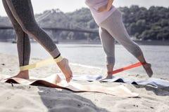 Fermez-vous des jambes femelles dans une bande élastique photographie stock