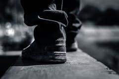 Fermez-vous des jambes humaines portant les chaussures noires Image libre de droits