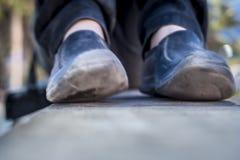 Fermez-vous des jambes humaines portant les chaussures noires Images libres de droits