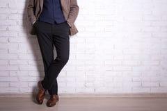 Fermez-vous des jambes masculines dans le costume et des chaussures Image libre de droits