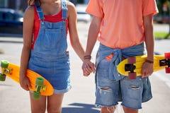 Fermez-vous des jeunes ajouter aux planches à roulettes dans la ville Photographie stock libre de droits