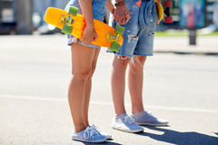 Fermez-vous des jeunes ajouter aux planches à roulettes dans la ville Image stock