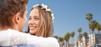 Fermez-vous des jeunes couples hippies de sourire heureux Photos stock