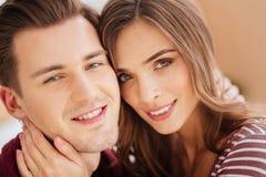 Fermez-vous des jeunes couples rayonnant dans l'appareil-photo Image stock