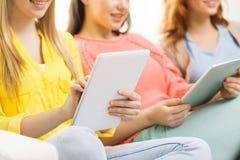 Fermez-vous des jeunes femmes avec le PC de comprimé à la maison Images libres de droits