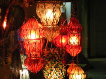 Fermez-vous des lanternes brillantes sur le marché de souq de khalili d'EL de khan avec l'écriture arabe là-dessus en Egypte le C photographie stock