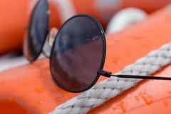 Fermez-vous des lunettes de soleil noires et de la corde blanche images libres de droits