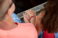 Fermez-vous des mains adolescentes heureuses de couples Photo libre de droits