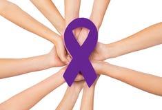 Fermez-vous des mains aux aides et au ruban de conscience d'HIV Images stock