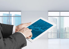 Fermez-vous des mains avec le comprimé et l'écran de forex Photos libres de droits