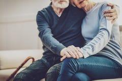 Fermez-vous des mains des couples pluss âgé gentils Images libres de droits