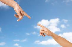 Fermez-vous des mains d'aîné et de jeune femme Photos libres de droits
