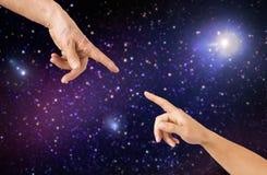 Fermez-vous des mains d'aîné et de jeune femme Image stock