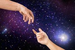 Fermez-vous des mains d'aîné et de jeune femme dans l'espace Photographie stock libre de droits