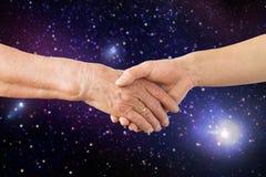 Fermez-vous des mains d'aîné et de jeune femme dans l'espace Images libres de droits