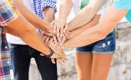 Fermez-vous des mains d'amis sur le dessus Photos libres de droits