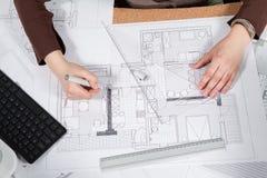 Fermez-vous des mains d'architecte dans le procédé de travail Image stock