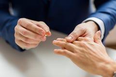 Fermez-vous des mains de couples et de l'anneau de mariage gais masculins Photos libres de droits