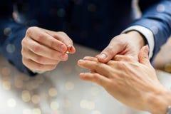 Fermez-vous des mains de couples et de l'anneau de mariage gais masculins Images stock