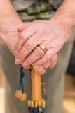 Fermez-vous des mains de dames plus âgées sur la poignée de parapluie Images libres de droits