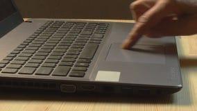 Fermez-vous des mains de femme agée utilisant l'ordinateur portable à la maison clips vidéos