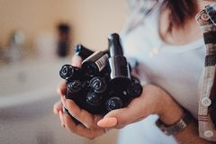 Fermez-vous des mains de femme avec des vernis à ongles image stock