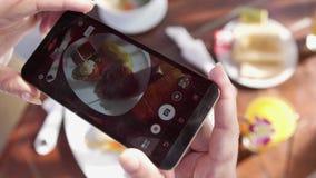 Fermez-vous des mains de femme prenant des photos de nourriture de dîner par le smartphone Mouvement lent 3840x2160 clips vidéos