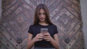 Fermez-vous des mains de femme textotant, en envoyant des sms sur le smartphone image libre de droits