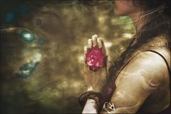 Fermez-vous des mains de femme de yoga dans le geste de namaste avec la fleur rose image libre de droits