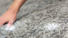 Fermez-vous des mains de grimpeur de roche banque de vidéos