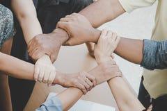 Fermez-vous des mains de jointure de l'homme d'affaires dans le traitement croisé d'unité Photographie stock libre de droits