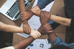 Fermez-vous des mains de jointure de l'homme d'affaires dans l'unité Photos libres de droits
