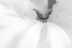 Fermez-vous des mains de la belle jeune mariée Photographie stock libre de droits