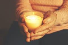 Fermez-vous des mains de la femme mûre Soins de santé donnant, maison de repos Amour parental de grand-mère Les vieilles maladies Photographie stock