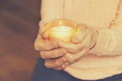 Fermez-vous des mains de la femme mûre Soins de santé donnant, maison de repos Amour parental de grand-mère Les vieilles maladies Photos libres de droits