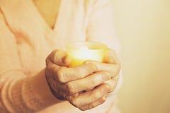 Fermez-vous des mains de la femme mûre Soins de santé donnant, maison de repos Amour parental de grand-mère Les vieilles maladies Image libre de droits