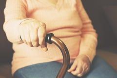 Fermez-vous des mains de la femme mûre Soins de santé donnant, maison de repos Amour parental de grand-mère Les vieilles maladies Photo stock