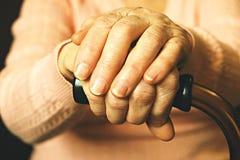 Fermez-vous des mains de la femme mûre Soins de santé donnant, maison de repos Amour parental de grand-mère Les vieilles maladies Photos stock