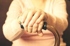 Fermez-vous des mains de la femme mûre Soins de santé donnant, maison de repos Amour parental de grand-mère Les vieilles maladies Images stock