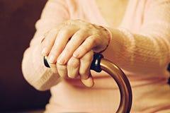 Fermez-vous des mains de la femme mûre Soins de santé donnant, maison de repos Amour parental de grand-mère Les vieilles maladies Photo libre de droits